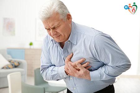 Immagine di un uomo mentre sta avendo un infarto