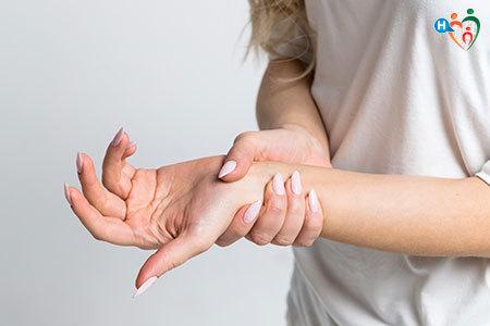 Immagine di una persona che si tiene la mano sinistra perché in preda al formicolio