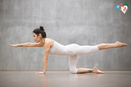 Immagine di una donna mentre pratica la ginnastica posturale