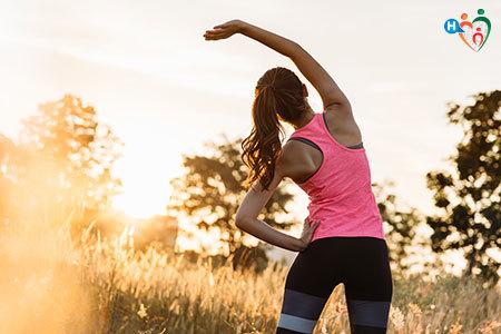 Immagine che mostra una ragazza che sta facendo stretching