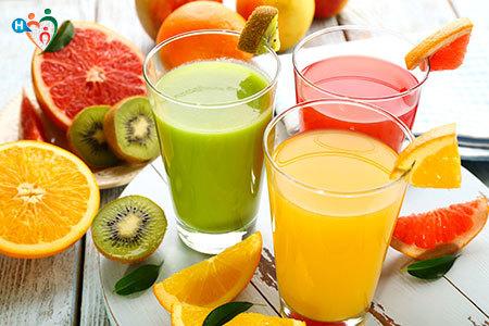Immagine che mostra tre bicchieri pieni di succhi di frutta colorati