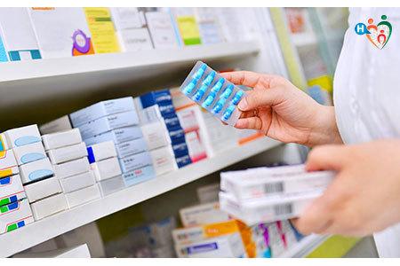 Immagine di confezioni di antibiotici in una farmacia