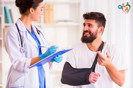 Immagine dove una dottoressa parla col paziente del braccio ingessato di quest'ultimo