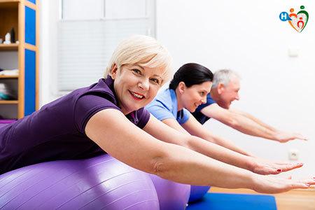 Immagine di alcuni signori mentre eseguono alcuni esercizi di ginnastica posturale