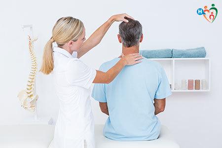 Immagine di un fisioterapista mentre massaggia il paziente al collo