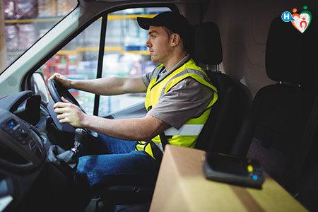 Immagine di uomo mentre guida un furgono