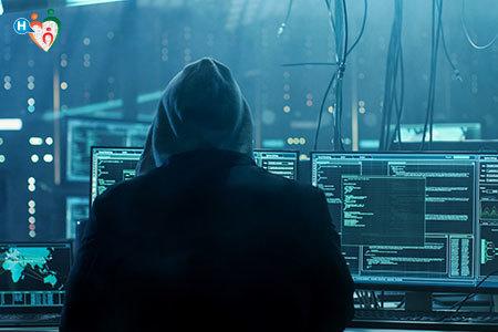 Immagine che mostra un hacker mentre sta rubando dei dati
