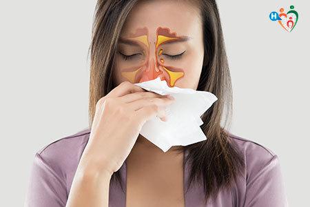 Immagine di una ragazza mentre si soffia il naso e in giallo sono messe in evidenza le aree colpite da sinusite