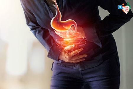 Immagine di un signore che si tiene lo pancia dolorante per la gastrite