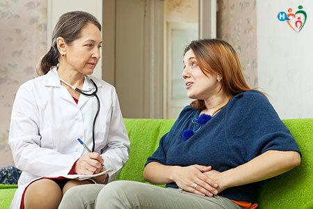 Immagine di una dottoressa mentre visita una paziente