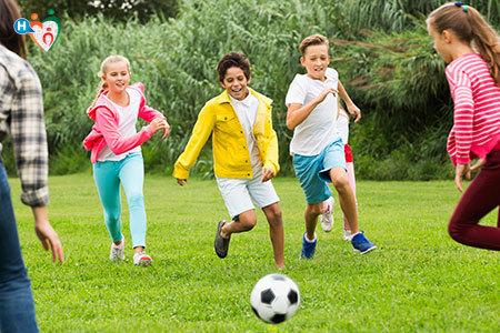 Immagine di alcuni bambini che giocano all'aria aperta