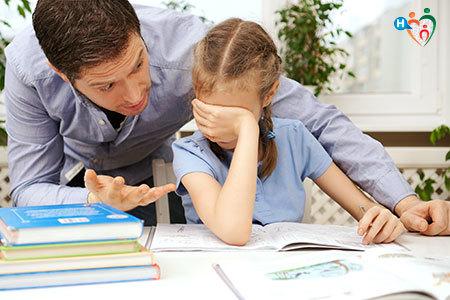Immagine di un papà che aiuta la figlia in difficoltà con i compiti
