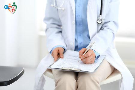 Immagine di un dottore che prescrive una ricetta medica al paziente