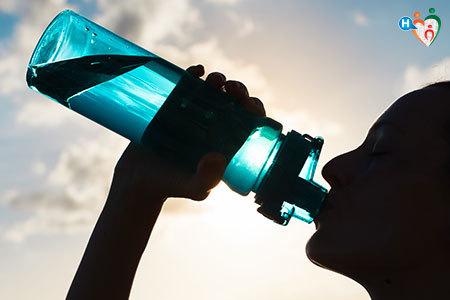 Immagine di una persona che beve dell'acqua da una borraccia