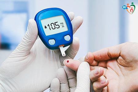 Immagine di una persona mentre misura il livello di glicemia nel sangue