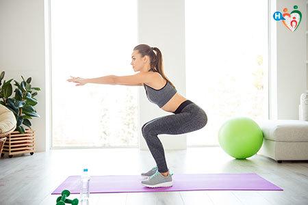 Immagine di una ragazza mentre fa degli squat