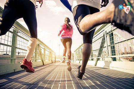 Immagine di uomini e donne che corrono