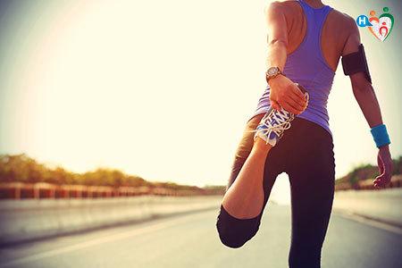 Immagine di una donna mentre fa degli esercizi di stretching per il quadricipite