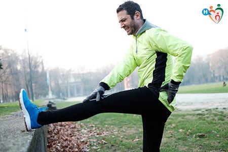 Immagine di un uomo mentre ha interrotto l'attività sportiva a causa di un dolore al muscolo della gamba