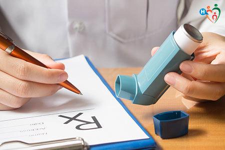 immagine di un dottore mentre prescrive la cura per un asmatico
