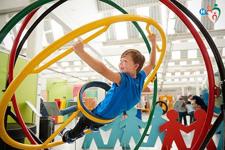 Immagine di un bambino mentre fa delle attività in un museo