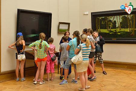 Immagine di una classe in gita a un museo mentre ascolta la guida