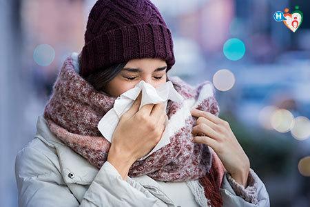 Immagine di una ragazza che si soffia il naso