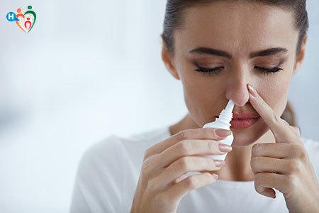 Immagine di una ragazza mentre fa gli sciacqui nasali