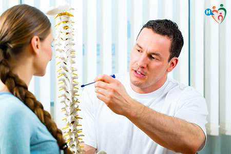 Immagine di un medico che spiega a una paziente la colonna vertebrale