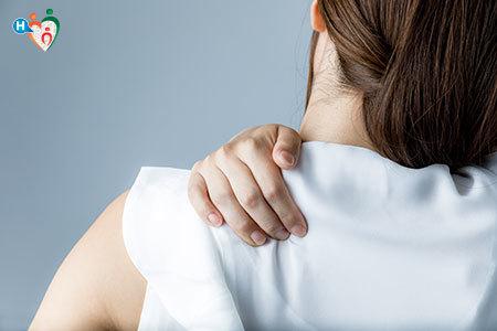 Immagine di una donna che si tiene la zona tra il collo e la spalla a causa del torcicollo