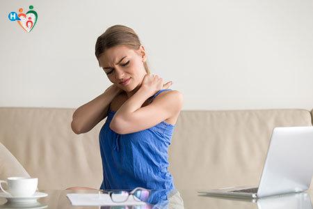 Immagine di una donna che si tiene il collo dolorante