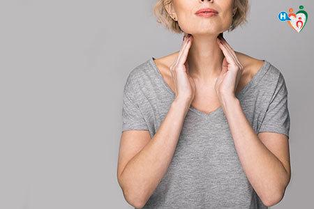 Immagine di una donna che con le mani indica dove è la tiroide
