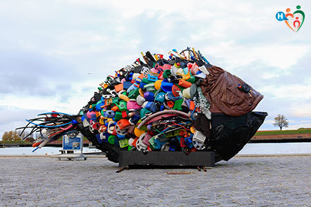 Immagine di una scultura a forma di pesce realizzata mettendo insieme diversi rifiuti di plastica