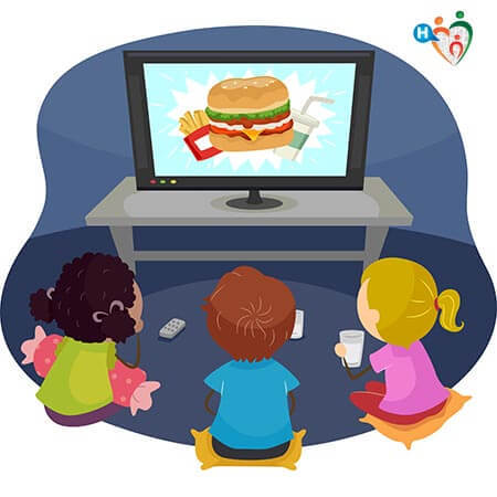 Bambini guardano un video dove compare del cibo spazzatura