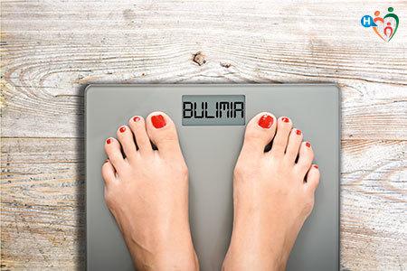 Bilancia con la scritta bulimia al posto del peso