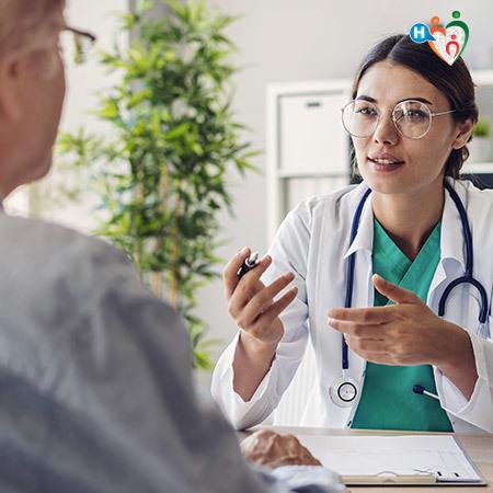 Dottoressa che parla con un paziente