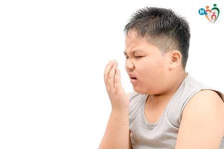 Immagine che ritrae un bambino con alito cattivo
