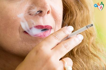 Fotografia che ritrae una donna in primo piano che fuma