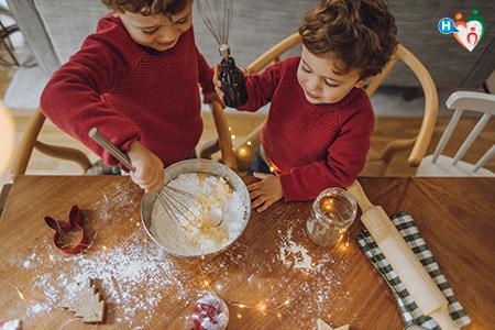 Fotografia che raffigura bambini che cucinano biscotti natalizi