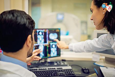 Immagine che ritrae medici nell'atto di verificare un esame