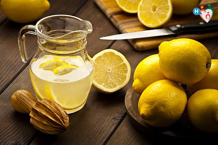 Fotografia che raffigura una brocca di acqua e limone