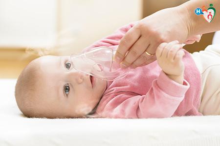 Fotografia che raffigura bambino con aerosol