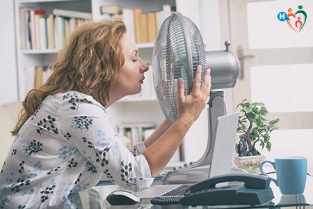 Fotografia che raffigura una donna vicina al ventilatore
