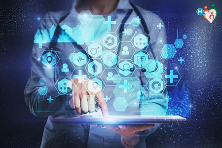 Immagine che raffigura un medico con tablet e icone mediche