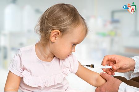 immagine che raffigura una bambina che viene vaccinata
