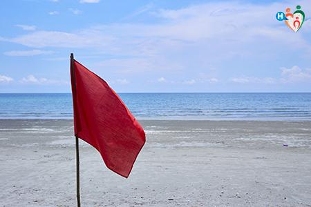 Fotografia che ritrae una bandiera rossa sul mare