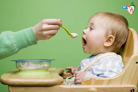 Fotografia che ritrae un bambino che mangia imboccato