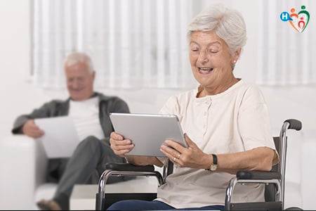 Immagine che ritrae una donna in sedia a rotelle che legge