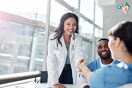 Fotografia che ritrae medico che stringe la mano al paziente