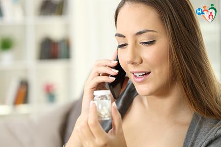 Immagine che ritrae una donna che chiede informazioni al medico